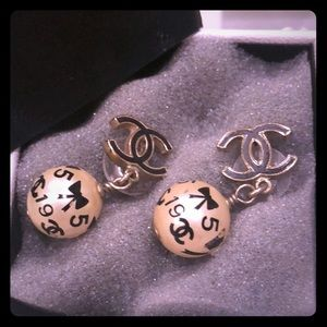 💯% authentic Chanel classic vintage pearl earring